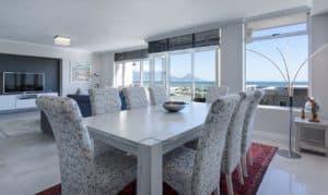 שולחן אוכל וכיסאות
